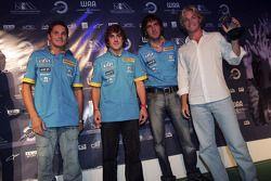 Pilotos Renault F1 Giancarlo Fisichella, Fernando Alonso y Franck Montagny presentan el premio para