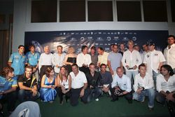 Групповое фото всех победителей с пилотами F1 на сцене
