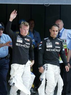 Kimi Raikkonen y Ganador de la pole position Juan Pablo Montoya celebran