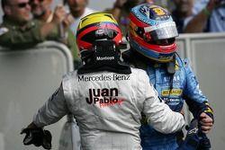 Racewinnaar Juan Pablo Montoya met Fernando Alonso