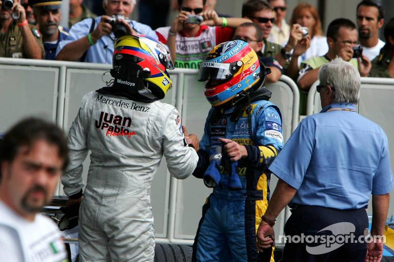 Yarış galibi Juan Pablo Montoya kutlama yapıyor ve Fernando Alonso