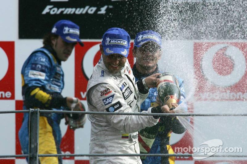 Podio: ganador de la carrera Juan Pablo Montoya, segundo lugar Fernando Alonso y tercer lugar Gianca