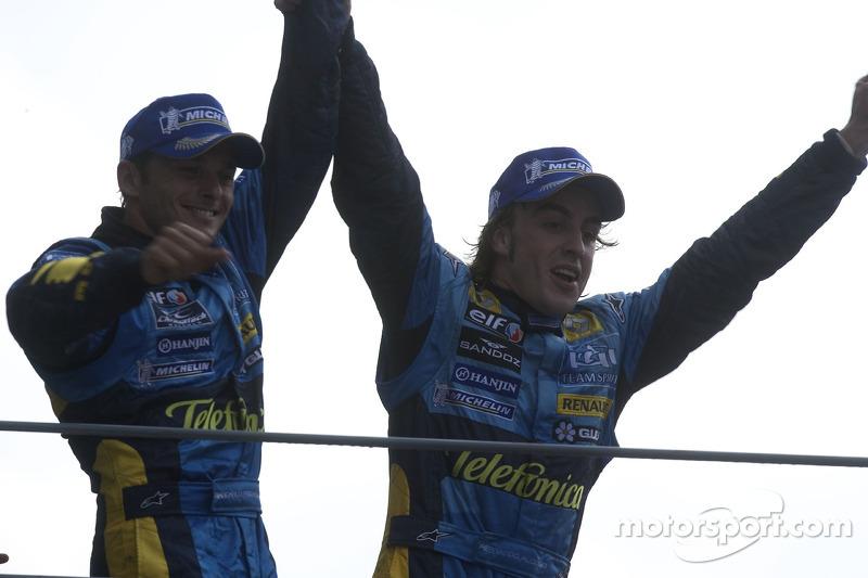 Podio: segundo lugar Fernando Alonso y tercer lugar Giancarlo Fisichella celebran