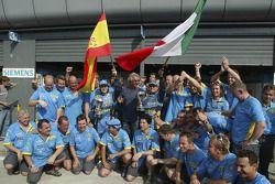 Fernando Alonso y Giancarlo Fisichella celebran con los miembros del equipo Flavio Briatore y Renaul
