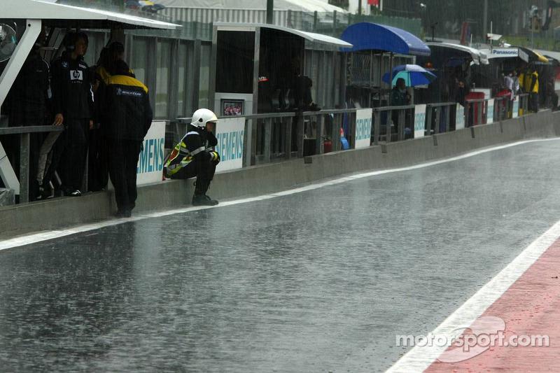 El pitlane bajo una fuerte lluvia