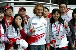 Ярно Трулли с японскими болельщиками