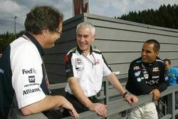 Juan Pablo Montoya conversa con Frank Dernie y Geoff Willis