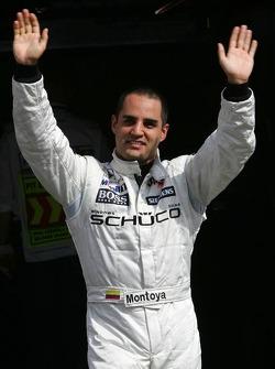 Ganador de la pole Juan Pablo Montoya celebra