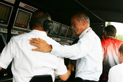 Dietrich Mateschitz felicita a Ron Dennis por la pole position