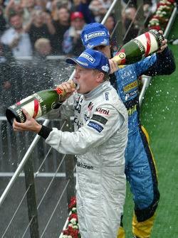 Podio: champagne de Kimi Raikkonen ganador de la carrera y Fernando Alonso segundo lugar