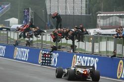 Ganador de la carrera que Kimi Raikkonen celebra
