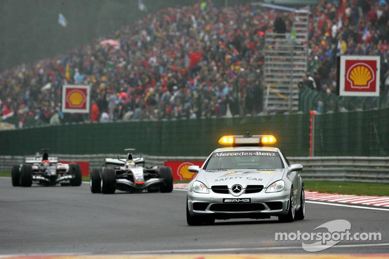 Coche de seguridad hacia fuera después del choque de Giancarlo Fisichella