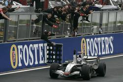 Ganador de la carrera Kimi Raikkonen celebra pasando por el equipo