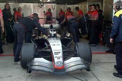 Pedro de la Rosa tries out yeni V8 motor