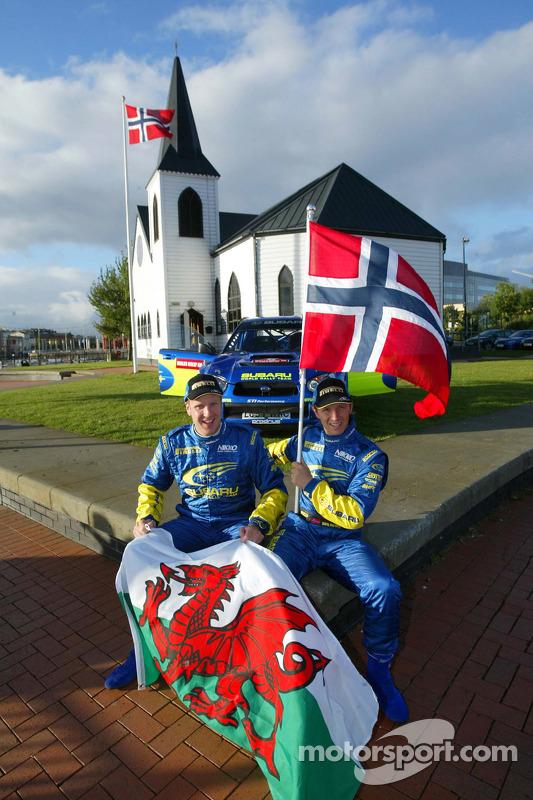 Петтер Сольберг и Филип Миллс рядом с Норвежской церковью в Кардифе