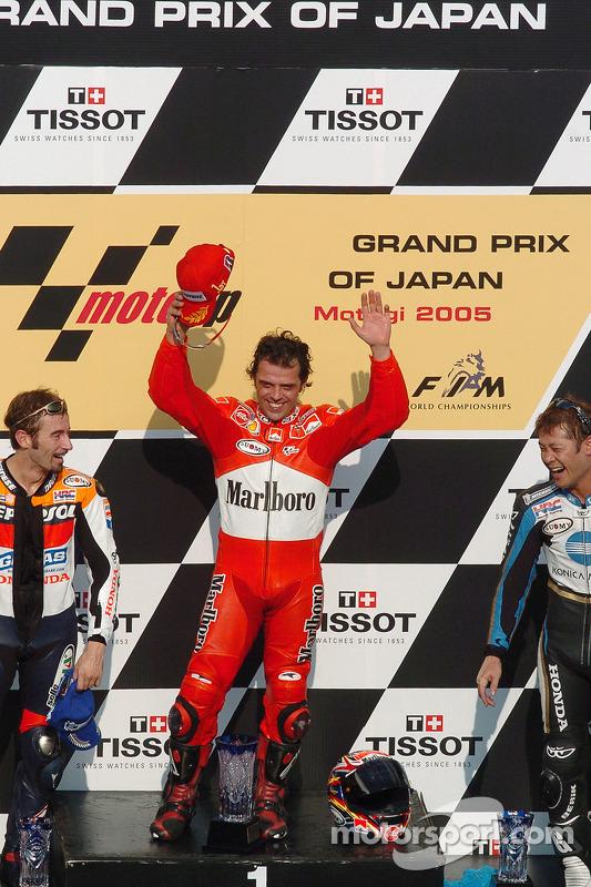 Podio: ganador de la carrera Loris Capirossi, segundo lugar Max Biaggi y el tercer lugar Makoto Tama
