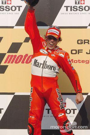 Podio: ganador de la carrera Loris Capirossi celebra