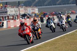 Renn-Action beim GP Japan 2005 in Motegi: Loris Capirossi, Ducati, führt