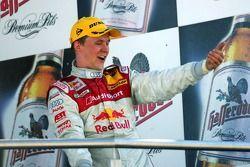 Le vainqueur Mattias Ekström exulte sur le podium