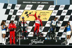 Podium : le vainqueur Loris Capirossi avec Max Biaggi et Makoto Tamada
