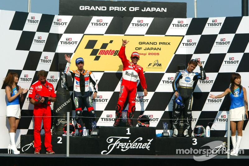 Podio: ganador de la carrera Loris Capirossi, segundo lugar Max Biaggi y el tercer lugar Makoto Tamada