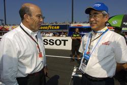 Presidente de Yamaha Mr. Kajikawa con Carmelo Ezpeleta