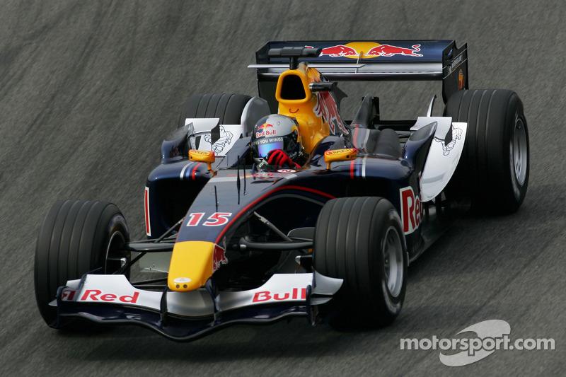 A equipe Red Bull, uma das referências da F1 na atual década, fazia apenas sua temporada de estreia, ainda no pelotão intermediário.