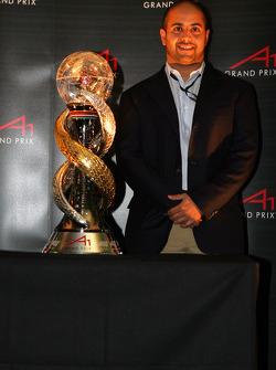 Sheikh Maktoum Hasher Maktoum Al Maktoum, President A1 Grand Prix met de A1GP World Cup of Motorsport bokaal