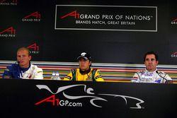 Post-qualifying persconferentie: polesitter Nelson A. Piquet met Matt Halliday en Alex Premat