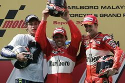 Podio: ganador de la carrera Loris Capirossi con Valentino Rossi y Carlos Checa