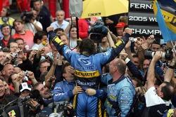 Campeón del Mundo 2005 Fernando Alonso celebra con los miembros del equipo Renault F1
