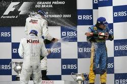 Podio: champagne para Juan Pablo Montoya, Kimi Raikkonen y Fernando Alonso