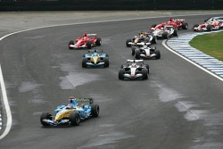 Start: Fernando Alonso, Renault, vor Juan Pablo Montoya, McLaren