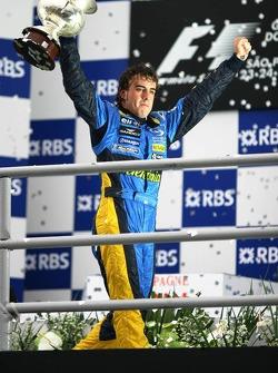 Podio: el campeón del mundo 2005, Fernando Alonso, celebra