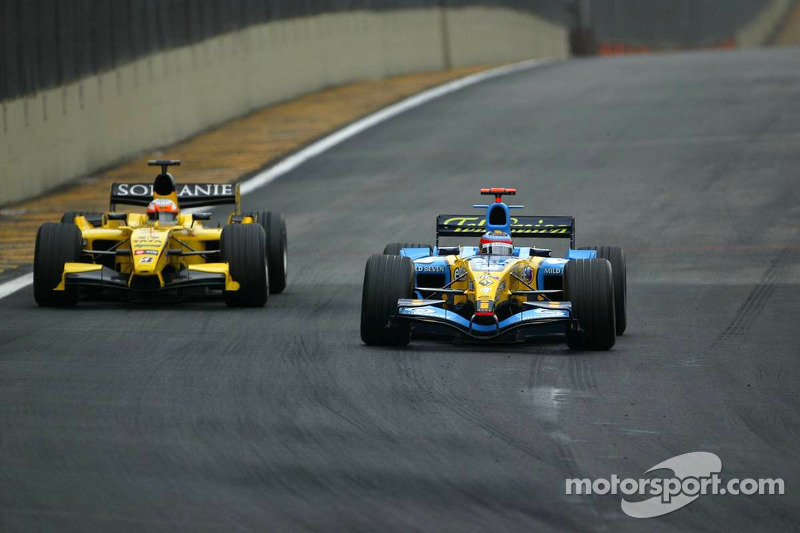 Fernando Alonso pasa a Narain Karthikeyan