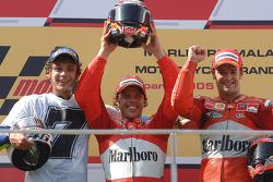 Podium : Loris Capirossi, vainqueur, avec Valentino Rossi et Carlos Checa