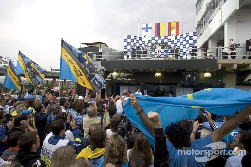 Podio: el ganador de la carrera Juan Pablo Montoya con Kimi Raikkonen y Fernando Alonso