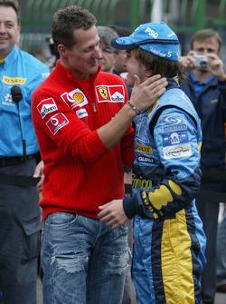 El traspaso de la corona: Michael Schumacher felicita al campeón del mundo 2005, Fernando Alonso