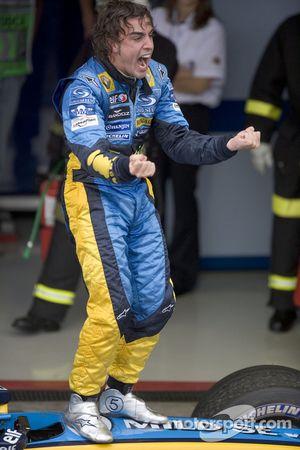 Fernando Alonso viert de wereldtitel 2005
