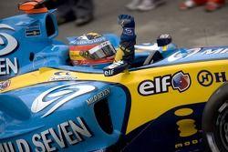 De wereldkampioen van 2005 Fernando Alonso viert