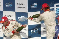 Podio: champage para Nico Rosberg y Alex Premat