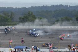 Crash mit Dale Earnhardt Jr., Michael Waltrip, Mark Martin, Elliott Sadler und Mike Skinner