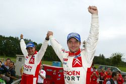 Los campeones del WRC 2005 Sébastien Loeb y Daniel Elena lo celebran