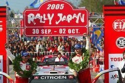 Podio: los campeones del WRC 2005 Sébastien Loeb y Daniel Elena lo celebran