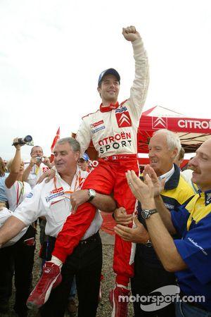 El campeón del WRC 2005 Sébastien Loeb celebra