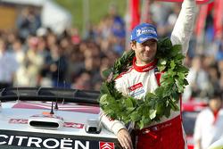 Podio: el campeón del WRC 2005 Sébastien Loeb celebra