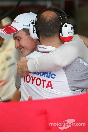 Ральф Шумахер празднует победу в квалификации