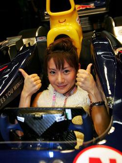 Una chica de fórmula 1 el coche de Red Bull