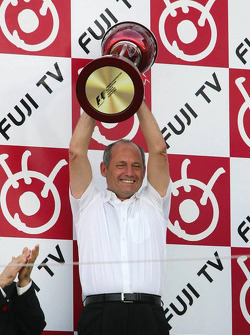 Podio: Ron Dennis y el trofeo de constructores