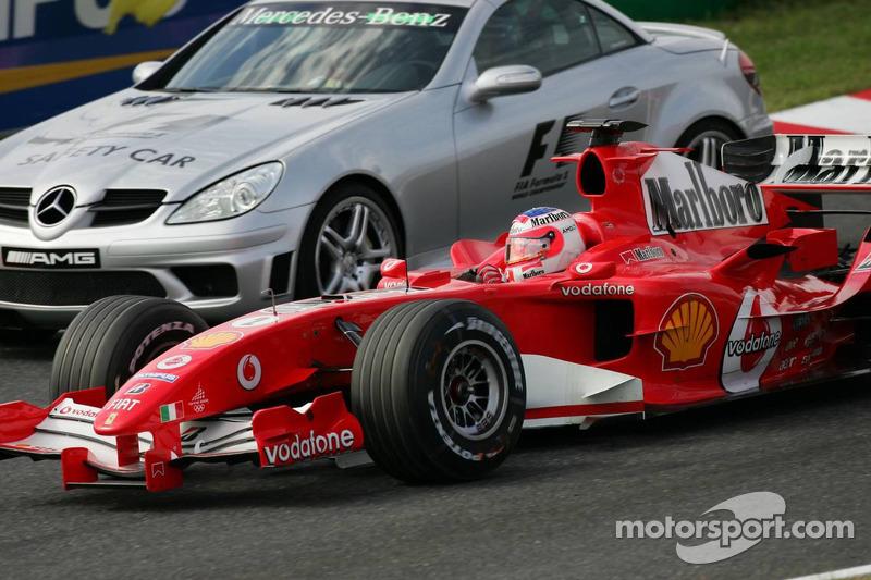 Rubens Barrichello pasa el coche de seguridad